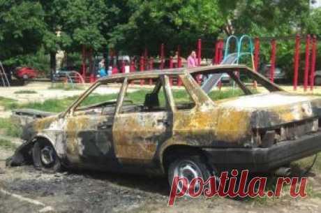 В Симферополе массово поджигают машины, припаркованные на газоне За последнюю неделю в Симферополе сгорело несколько припаркованных автомобилей...