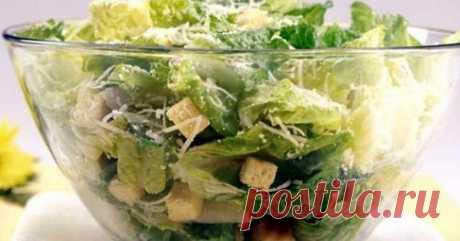 Нежный салат «Цезарь» с сухариками, чесноком и курицей. Рецепт Натираем 1 зубчик чеснока, добавляем 5 столовых ложек оливкового масла и кладем в холодильник настаиваться на 15 минут, обжариваем хлеб, порезанный кубиками.