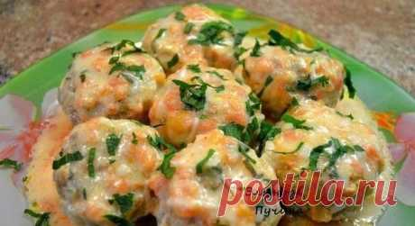 Ёжики.  Ингредиенты:  ●Фарш свиной 500г. ●рис 200г ●лук 2шт ●яйцо 1шт.морковка 2шт ●сметана 200гр ●помидор 2шт ●специи,соль,зелень по вкусу.  Приготовление:  Рис готовим до состояния альденте,смешиваем с фаршем, луком(порезать мелким кубиком),морковка(на мелкой тёрке),яйцо,специи,соль.Формируем ёжики и выкладываем в глубокую сковородку...добавляем воды до середины ёжиков и готовим на газу мин.20. В это время готовим соус:помидоры ошпарить ,снять шкурку,натереть на тёрке и ...