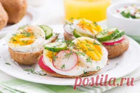 Вкусный завтрак за 5 минут на сковороде из яиц - smi.today - медиаплатформа МирТесен Если с утра Вы любите подольше поспать, то этот завтрак точно Вам понравится. Отличный вариант вкусного, сытного и очень быстрого завтрака! Потребуется все 5 минут времени. Пошаговый рецепт, как приготовить быстрый завтрак из яиц. Завтрак готовится молниеносно, поэтому ставим сковородку на плиту в