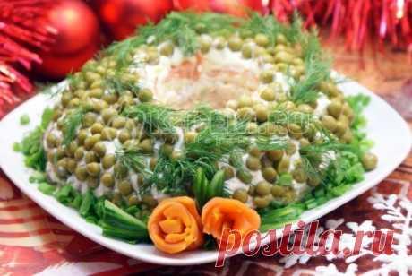 Салат «Новогоднее чудо» Подбираете вкусные салаты на Новый год? Тогда обратите внимание на салат «Новогоднее чудо». Этот вкусный и красивый салат будет отличным дополнением новогоднего стола.