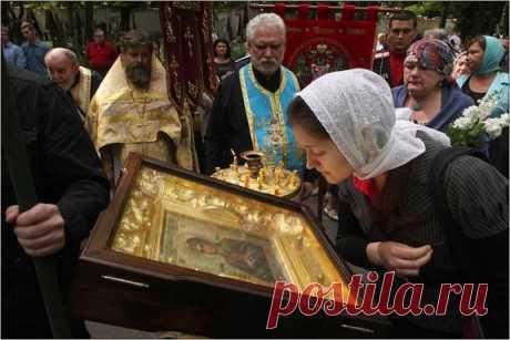 Как нужно поклоняться иконам в храме, как правильно к ним прикладываться? | Православная Жизнь