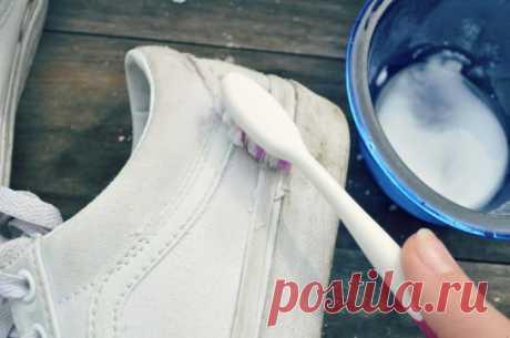Как избавиться от чёрных полос на белой обуви?