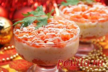 Салат с красной рыбой К Новому году обязательно стоит приготовить праздничный салат с красной рыбой. Такой порционный слоеный салатик невероятно красиво смотрится на новогоднем столе.