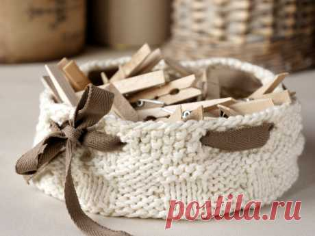 tettidesign_knitted_home_decor_basket_with_ribbon.jpg (800×600)
