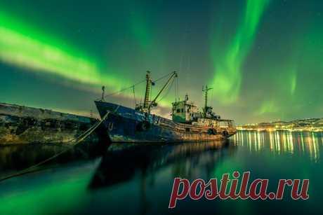 «Изумрудный город». Порт в Мурманске. Автор фото — Виталий Новиков: nat-geo.ru/photo/user/40200/ Добрых снов.