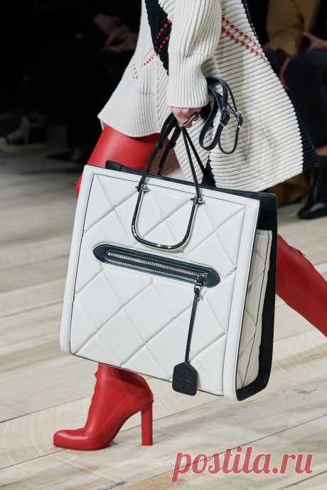 Топ-10 стеганых сумок с подиума, которые можно носить в обычной жизни | World Fashion Channel