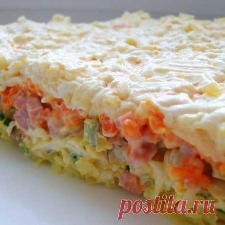 Обалденный слоеный салатик. Готовлю по поводу и без    Обязательно приготовьте!          Ингредиенты и приготовление: Салат выкладываем слоями, и немного смазываем майонезом. Овощи немного подсолите. 1-й слой: отварная картошка, натертая на крупной тер…