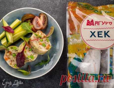 Паровой рулет с хеком и овощами. Ингредиенты: горошек зеленый замороженный, манная крупа, лук репчатый