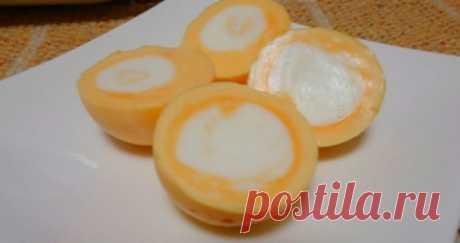 Как сварить яйцо желтком наружу? Яичные блюда прочно занимают первые места в списках предпочитаемых завтраков по всему миру. Уникальная пищевая ценность вкупе с хорошей усвояемостью делают яйца по-настоящему привлекательным продуктом. Необычный способ приготовления и подачи яиц поможет эффектно разнообразить привычное меню. Сварить яйцо желтком наружу можно, следуя предлагаемым инструкциям. Для начала необходимо удостовериться в надлежащем качестве яйца, просветив его с...