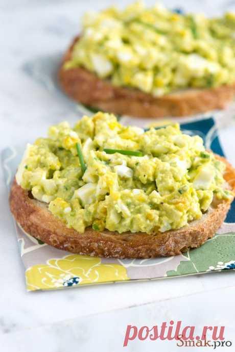 Утренний салат с яйцом и авокадо.