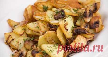Жареная картошка с шампиньонами: быстро, просто и вкусно! Жареная картошка с шампиньонами - вкусное и простое блюдо, которое может приготовить каждой. Можно даже сделать грибы в сметане. Ценные советы кулинаров.