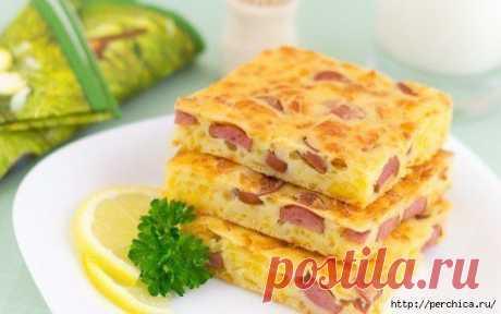 Пирог с сыром и сосисками.
