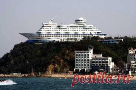 Лайнер на вершине утеса - необычный отель в Южной Корее  Курортный отель Sun Cruise Resort, расположенный в южнокорейской провинции Канвондо, устроен в бывшем круизном лайнере. Отпуск на судне, возвышающемся над скалистым утесом, - едва ли не лучший вариант отдыха для поклонников водных прогулок, страдающих от морской болезни.