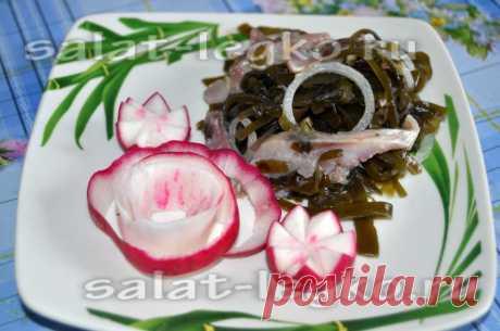 Салат из морской капусты с селедкой и луком
