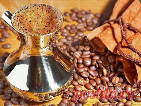 10 советов, как сварить вкусный кофе  1. Чистая вода  Чтобы сварить вкусный кофе, вам понадобится чистая вода. Сразу забудьте о воде из-под крана, если хотите получить идеальный ароматный и манящий напиток =)  2. Не спешите  Если вы варите кофе в турке (читайте оригинальный рецепт кофе в турке), всегда ставьте самый маленький огонь. Понимаю, конечно, что хочется как можно быстрее сделать первый глоток, но спешка тут ни к чему. Запомните - кофе варится долго.  3. Турка с уз...