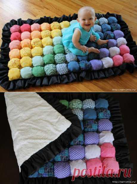 """Вы только посмотрите на этот детский коврик! Замечательная работа, коврик """"РАДУГА""""! Мягкий, яркий, ну разве может такой не понравится малышу? Не хотите сшить такой? Радует то, что ткань покупать совсем не придется, можно использовать старые вещи, к примеру, платья, мужские сорочки, старые юбки."""