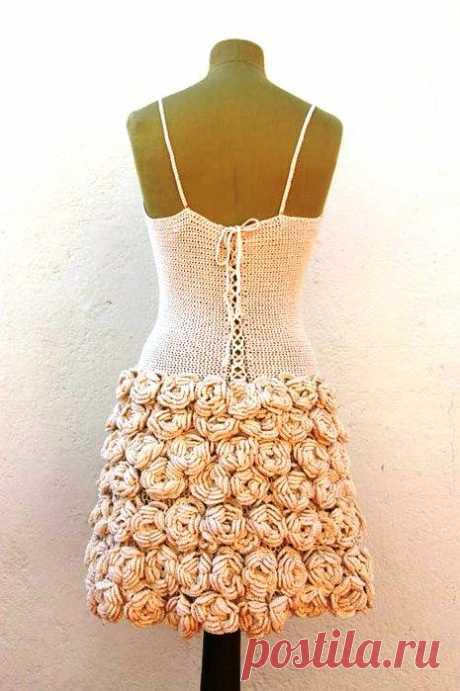 Вязаное крючком платье с объемными розами   Лаборатория домашнего хозяйства