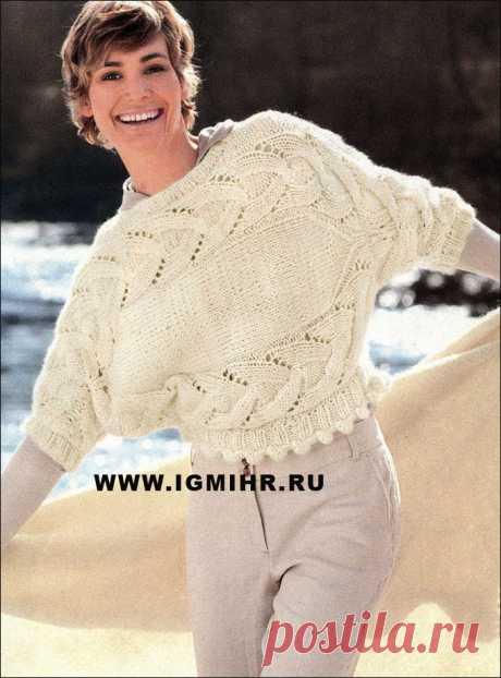 Связанный поперек, теплый пуловер белого цвета, с косами и каймой. Спицы