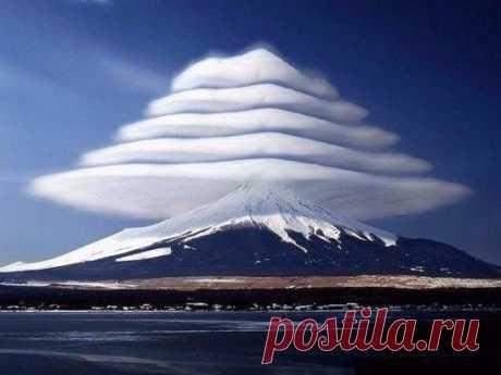 Лентикулярные облака над горой Фудзи, Япония