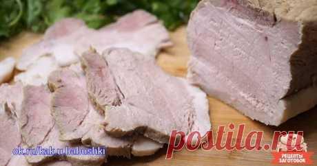 Шикарное томленое мясо Лучше, чем покупная ветчина. 🏻   Нежное, сочное и вкусное мясо! Отличный рецепт, который можно использовать для приготовления любого мяса. Готовьте говядину, свинину, курицу и наслаждайтесь незабываемым вкусом.   Ингредиенты   Мясо 1 кг  Вода 1 л  Соль 2,5 ст.л.  Сахар 1 ст.л (можно заменить мёдом)  Чеснок 1 головка  Лавровый лист 2 шт  Перец душистый 3 шт  Смесь перцев горошком 1 ч.л   Приготовление   Берём кастрюлю с крышкой (крышка обязательна), ...