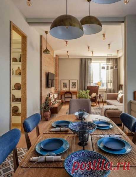 Прекрасная кухня с прозрачной перегородкой от основного пространства. Стулья и приборы в синем цвете являются акцентом