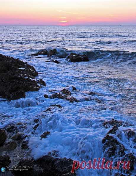 Закат и море... Разве это не прекрасно? ;) Быть на берегу моря и наблюдать за скрывающимся за горизонт солнцем - это поистине незабываемое зрелище. Невероятные краски на небосводе, шум прибоя и крики пролетающих чаек заставляют задуматься о вечности. Именно в такие моменты в человеке просыпаются самые светлые и романтические чувства.