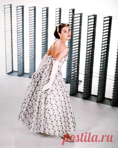 Одри Хепберн была музой этого модельера и представляла его лучшие работы более 39 лет. О ком идет речь?