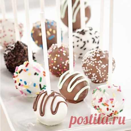 Кейк - попсы. Очень необычный и вкусный рецепт домашнего десерта - кейк - попсы! Как удивить гостей и особенно детей? Приготовьте им такие разнообразные и оригинальные тортики или пирожные на палочке, другими словами кейк - попсы! Что такое кейк - попсы? Это бисквит, пропитанный л...