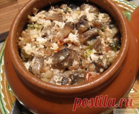 Гречка в горшочке с грибами и луком
