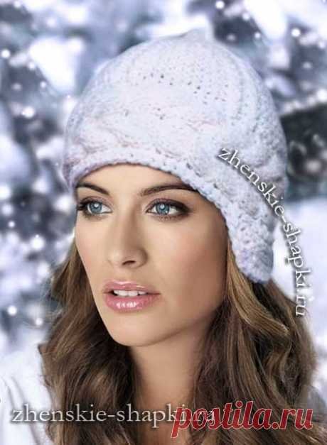 Белая вязаная шапка с косами
