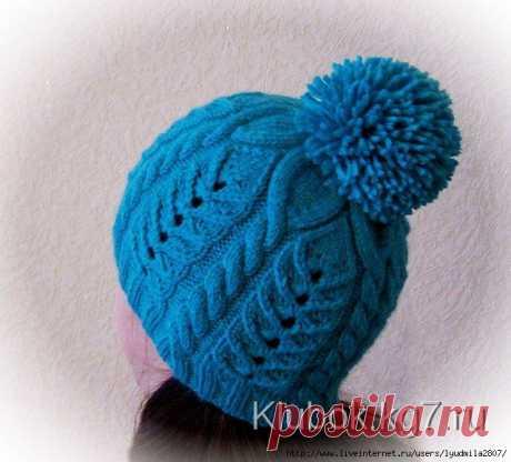 Голубая шапочка с помпоном от Ирины Дмитриевой