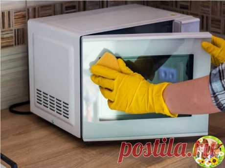Как очистить бытовую технику? Никто не любит отмывать пятна на холодильнике и чистить микроволновку или стиралку. Мы тоже. Сейчас мы расскажем Вам, как можно избежать утомительного отдраивания:   1. Холодильник   Чистый, без запаха холодильник, это лицо вашей кухни. Любые потеки на полках, пятна от рук снаружи и запахи можно убрать одним и тем же средством — смешайте белый уксус и воду 1:1, распылите на пятно и тут же протрите салфеткой насухо.  Ускусную смесь можно хранит...