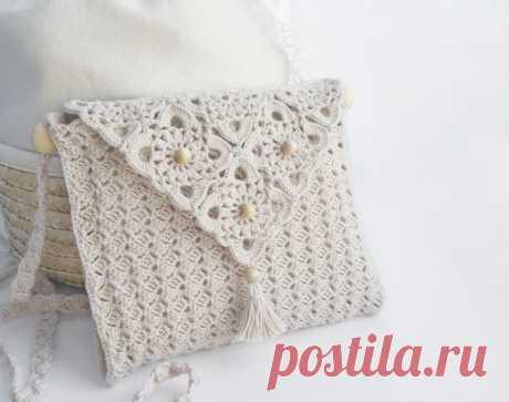 Красивая сумочка выполнена крючком довольно простым узором и мотивами