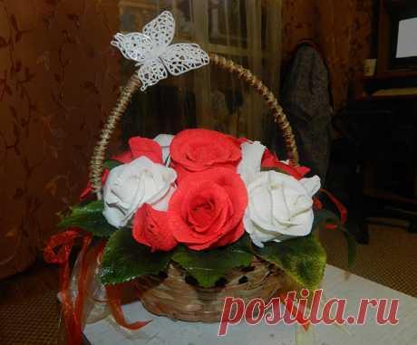 Розы из гофрированной бумаги Шикарные розы из гофрированной бумаги со спрятанным внутри сладким секретом понравятся каждому. Мастер-класс с инструкцией по созданию букета из конфет.
