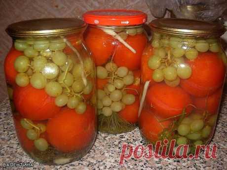 """Помидоры с виноградом (БЕЗ УКСУСА!) - рецепт под фото. Ставьте """"Класс!"""", чтобы сохранить его на своей страничке.  На 3 л банку: перец сладкий-1-2 шт специи и травы, которые вы используете при обычной засолке  Уложить в банку специи, помидоры, перец и между ними виноград (лучше светлый), разобрав его на маленькие кисточки по несколько ягод. Залить на 20 минут кипятком. Слитую воду вскипятить, добавить 2 ложки сахара и 1ложку соли и залить в банку. Закатать. Можно укутать."""