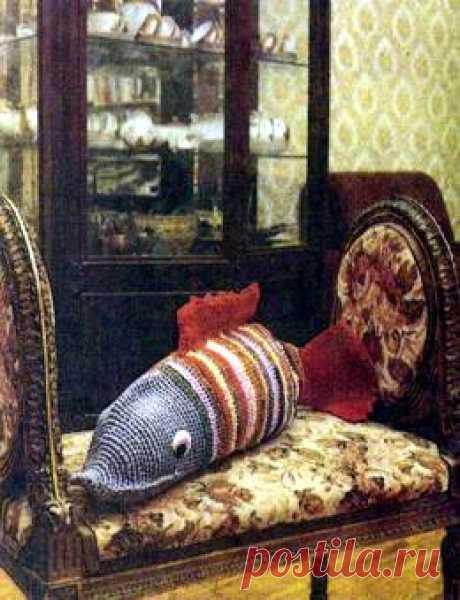 "Knitting by a pillow hook ""Рыба"". \/ knitting-models.narod.ru"
