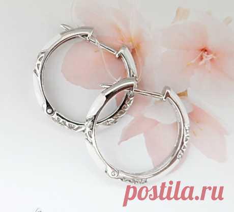 Серебряные серьги-кольца с белой эмалью.