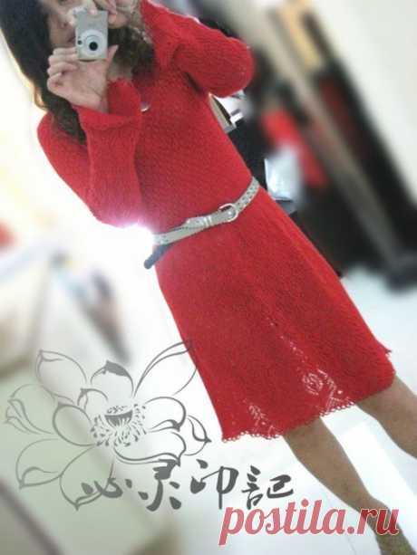 Эффектное платье для любителей вязать спицами