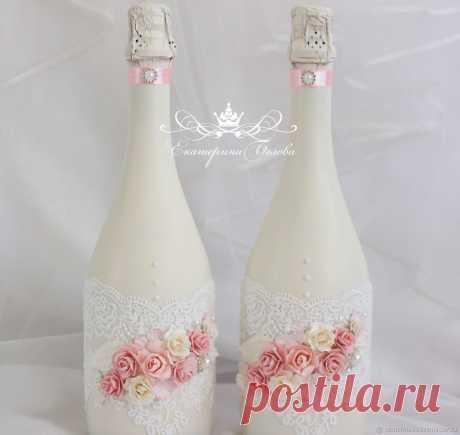 Декор свадебных бутылок – заказать на Ярмарке Мастеров – GLB6ZRU | Бутылки свадебные, Уфа Декор свадебных бутылок в интернет-магазине на Ярмарке Мастеров. Свадебные бутылки в нежном оформлении. Бутылки окрашены краской цвета айвори, украшены цветами, кружевом и  бусинами. На заказ возможна любая цветовая гамма В едином стиле можно сделать и другие свадебные аксессуары. Сам напиток не входит в стоимость и покупается на ваш выбор.