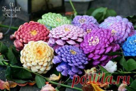 Разноцветные цветы из шишек — Поделки с детьми