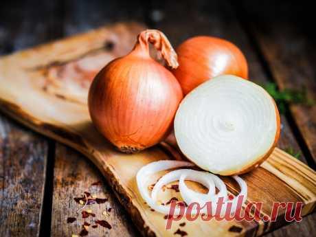 Сырой лук является уникальным средством от облысения, морщин и пигментных пятен Обычная луковица имеет свойство сильнейшего регенератора клеток. В нем содержатся витамины и аминокислоты, которые практически не оставляют шансов возрастным морщинам. Лук – известный всем овощ, который просто незаменим при приготовлении горячих блюд, салатов и закусок. ...
