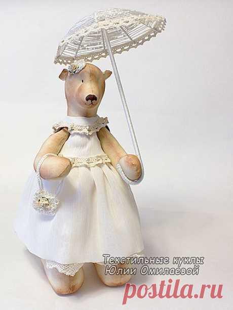 Мишель - текстильная мишка-девочка, сшита из тонированной бязи. Платье Мишель украшено кружевами и бисером. Зонтик сплетен из проволоки, хлопковых ниток и бисера, украшен кружевом.  Мои мишки - это интерьерные куклы, не предназначенные для детей. Мишек нужно беречь от воды и прямых солнечных лучей.