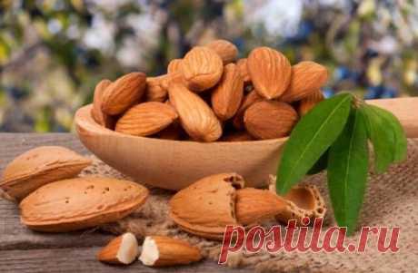 Полезные орешки Миндаль — любимый орех для многих людей. Они содержат много питательных веществ, которые нужно потреблять каждый день. Но знаете ли вы, что вы их не правильно ели? Согласно исследованию о миндале, мы должны замочить их в воде, а затем съесть! Пропитанный миндаль намного лучше, чем сырой миндаль. Миндаль чрезвычайно богат питательными веществами, такими как: кальций, цинк, магний, жирные кислоты омега-3 и витамин Е. Они содержат ингибитор фермента, который защищает все полезные