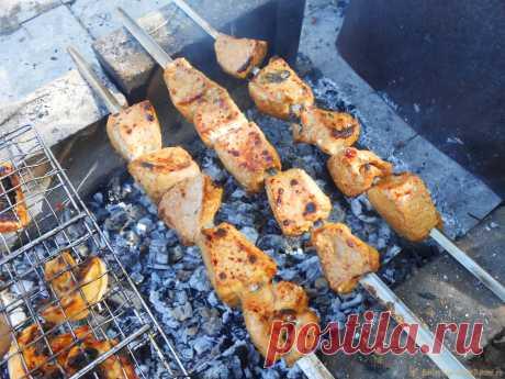 Майонез сделает мясо шашлыка мягче. Простой майонезный маринад Один из самых популярных маринадов для смягчения поперечных мясных волокон - майонезный. Добавив в смесь для замачивания мяса лимонный сок и любимые специи, можно получить нежнейший и деликатесный шашлык с золотистой корочкой. Ингредиенты для шашлыка: - свинина бескостная (ошеек или задняя часть)