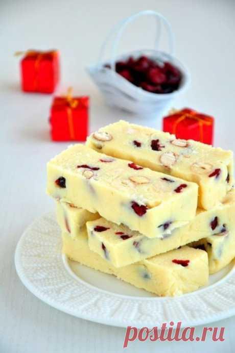 De chocolate batonchiki con la leche condensada, las nueces y las bayas rojas del Norte
