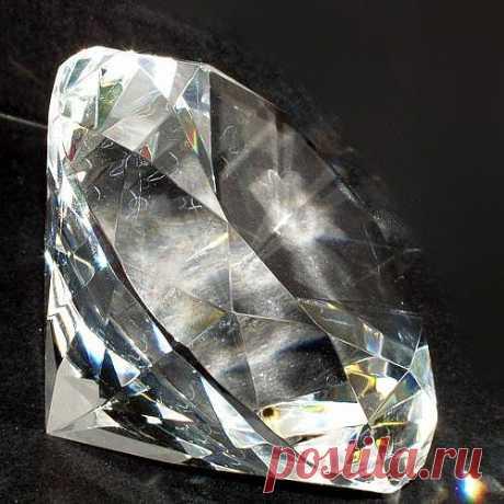 С давних пор считается, что алмаз придает своему владельцу смелость, решительность, твердость духа, приносит успех, предохраняет от алкоголизма, наркомании, распущенности, укрощает чрезмерные фантазии, избавляет от печалей, отводит колдовские чары, оберегает от дурного глаза. Однако следует помнить, что алмаз — это камень царей, первосвященников и знаменитостей. Высокопоставленным личностям он служит верой и правдой, к обычным людям этот гордый камень равнодушен. Но если вы получили его в...