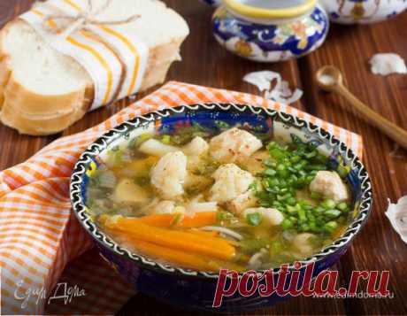 Куриный суп. Ингредиенты: куриные кости, макароны, морковь