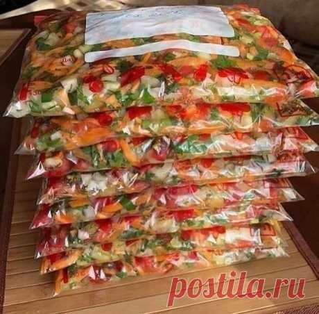 СУПЕР ЗАГОТОВКА в летнюю копилку!   Отличная идея! Очень удобно, зимой достанешь такой пакетик и в борщ, и в щи незаменимая приправа. А аромат какой!   Заморозка:  1 кг болгарский перец  1 кг помидоры  1 кг морковь  1 кг лука  Зелень: петрушка, укроп , лук (большой пучок)  Морковь натираем на крупной тёрке, помидоры, перец,  лук нарезаем кубиками, добавляем мелко нарезной зелени!  Несколько лет так делаю, очень нужная заправка для супов, борщей и для тушения мяса. Помидоры...