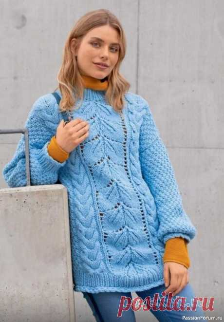 Платье-свитер с косами и свободными рукавами спицами Объемная вязка - бестселлер нынешнего сезона. Голубой пуловер изящно сочетает ажурные «листья», жемчужный узор и «косы». Привлекательная деталь: резинка по краям обвязана крючком. Размеры: 36(38/40)Описание моделиРазмеры: 36 (38/40) 42Вам потребуется: пряжа (50% натуральной шерсти, 50%...